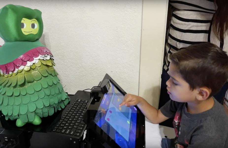 Robô com inteligência artificial ensina autistas — Tismoo